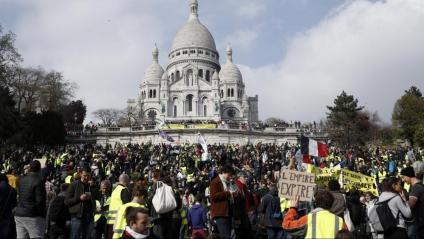 Manifestants del moviment dels 'armilles grogues' congregats davant l'església del Sagrat Cor de la capital francesa, ahir, en el dinovè dissabte consecutiu de protestes