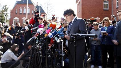 Cartells en què es demana la llibertat de Puigdemont a la tanca de la presó de Neumünster i, al costat, l'expresident en la compareixença que va fer davant del centre el dia que va sortir en llibertat, el 6 d'abril del 2018
