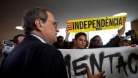 El president Torra  conversa amb membres del CDR de Sabadell, ahir. Al costat, un grup d'encaputxats aboca al Palau de la Generalitat llaços grocs retirats en diverses poblacions