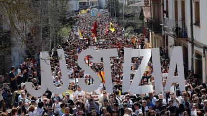 Milers de manifestants recorren Altsasu contra la sentència a vuit joves del poble