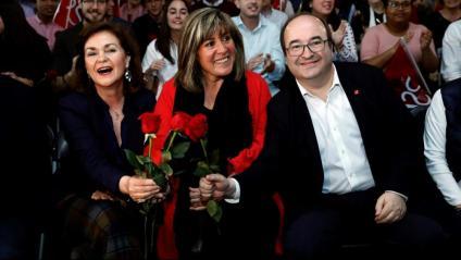 Roses i música de Miguel Ríos i Los Rebeldes en el míting socialista d'ahir