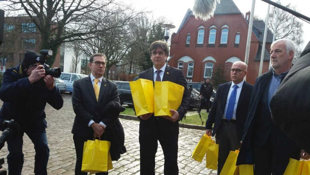 L'expresident i candidat a les europees Carles Puigdemont, duent ahir llibres d'autors catalans en alemany a la presó de Neumünster