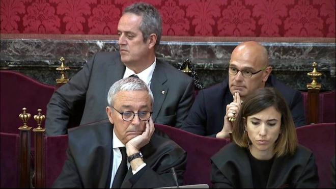 Els consellers Forn i Romeva amb alguns dels advocats de les defenses en primer pla