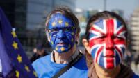 Dos activistes contra el 'Brexit', durant una manifestació davant la seu de la Comissió Europea, a Brussel·les