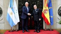 Josep Borrell saluda el seu homòleg argentí Jorge Marcelo Faurie durant la visita oficial dels reis a l'Argentina