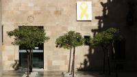 el llaç groc que ha estat despenjat del Pati dels Tarongers del Palau de la Generalitat