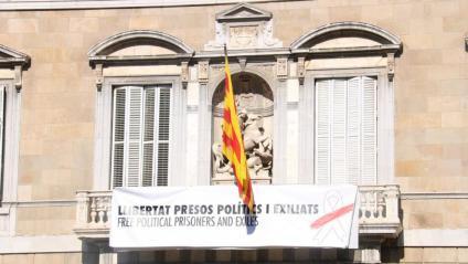 La segona pancarta penjada al balcó del Palau