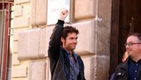 Joan Hierro, investigat per formar part d'una mesa electoral l'1-O a Roquetes, amb el puny alçat a la sortida dels jutjats de Tortosa, amb el seu advocat Joaquim Fibla