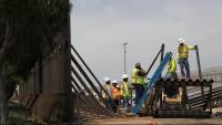 Operaris treballant en la reconstrucció d'un mur fronterer amb Mèxic a San Diego, Califòrnia, en una foto d'arxiu