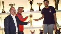 Pesic i Oriola situen la copa al prestatge en presència del directiu Joan Bladé
