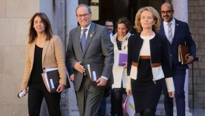 El president de la Generalitat, Quim Torra, acompanyat en primer terme de les noves conselleres Meritxell Budó i Mariàngela Vilallonga