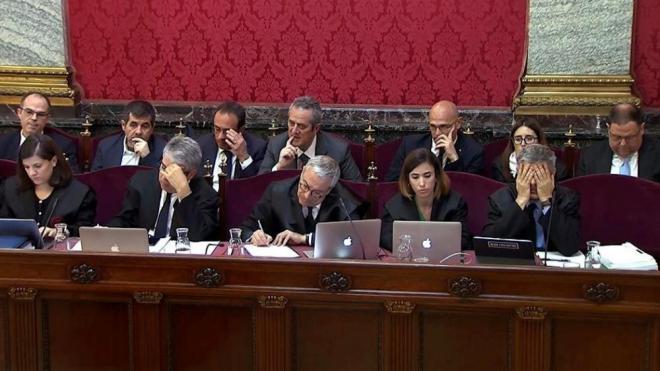 Pla general dels advocats defensors i alguns dels acusats –en segon pla– durant la sessió del judici d'aquest simarts