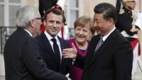 El president de la CE, Jean-Claude Juncker , saluda el líder xinès, Xi Jinping, en presència del dirigent francès, Emmanuel Macron, i la cancellera alemanya, Angela Merkel, ahir, a París