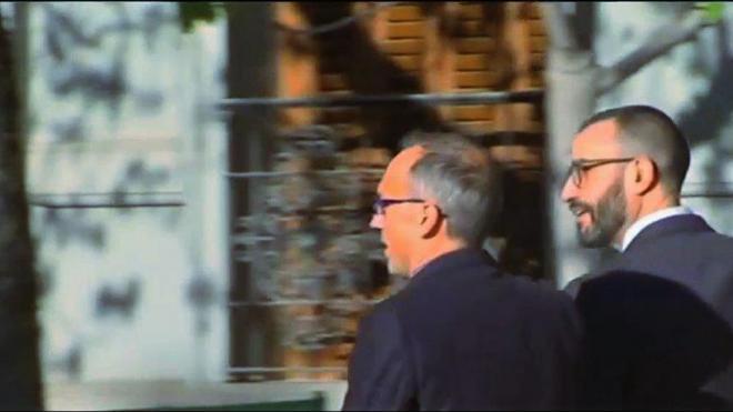 El tinent coronel Daniel Baena , a la dreta, en entrar al Suprem, ahir