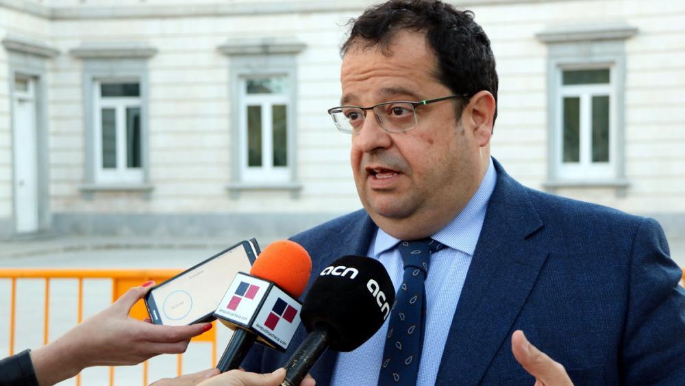 Joan Ignasi Elena, portaveu jurídic dels presos republicans, atenent els mitjans de comunicació aquesta tarda al Suprem