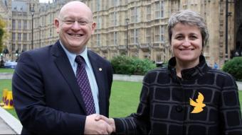 La diputada d'ERC, Anna Simó, encaixa les mans amb el diputat del Plaid Cymru i president del grup sobre Catalunya al parlament britànic, Hywell Williams, al parlament britànic