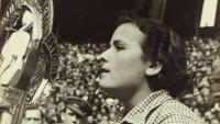 Una joveníssima Teresa Pàmies en un míting el 1937, fotografiada per Agustí Centelles