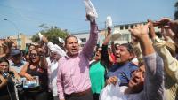 Simpatitzants  de l'Aliança Popular Revolucionària Americana d'Alan García, davant de l'hospital on va morir l'expresident, ahir