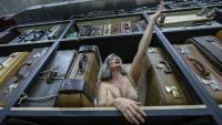 L'actriu Montse Esteve és una prostituta que deambula pels magatzems del TNC a 'Stabat mater'