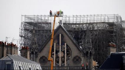 Treballadors consoliden la façana nord de Notre-Dame, que amenaça de col·lapsar