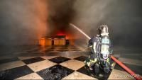 Un bomber treballa en l'extinció de l'incendi des de l'interior de la nau central de la catedral