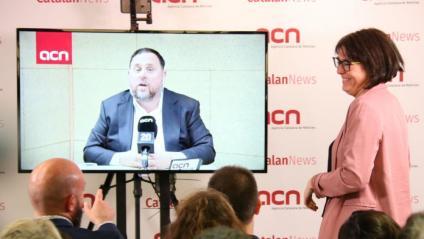 El candidat d'ERC al Congrés, Oriol Junqueras, saluda la seva número dos a Europa, Diana Ribas