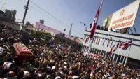Milers de peruans acomiadant l'expresident peruà Alan García, ahir, a Lima