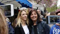 La candidata del PP de Catalunya Cayetana Álvarez de Toledo fotografiant-se amb veïns de Cornellà de Llobregat