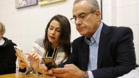 La candidata de Cs Inés Arrimadas conversa en un bar amb Celestino Corbacho, membre de la candidatura de Manuel Valls a Barcelona