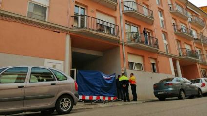 Edifici del carrer Verge de la Guia on han trobat el cadàver de la dona amb signes de violència
