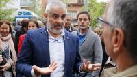 El portaveu de Cs al Parlament, Carlos Carrizosa, parla amb veïns de Mataró a la plaça Isla Cristina del barri de Cerdanyola