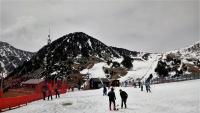 A l'esquerra, un detall de l'estació d'esquí de Valler 2000, a la vall de Camprodon. A la dreta, un detall de la costa Brava