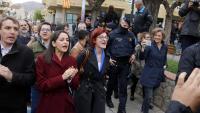 La candidata de Cs Inés Arrimadas aplaudeix escortada pels Mossos