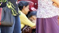 Familiars de persones mortes en els atemptats ploren a l'espera de recuperar els cossos a Colombo