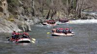 Un grup de barques baixant pel riu Noguera Pallaresa