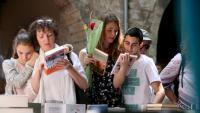 Gent mirant llibres a les parades habilitades als carrers de Manresa durant la diada de Sant Jordi de l'any passat