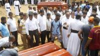 Familiars i amics, enterrant algunes de les víctimes, a Colombo