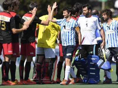 Els jugadors del Polo i l'Egara se saluden abans del duel de la copa del Rei 2019