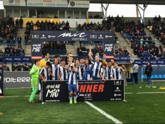 L'Espanyol, aixecant la copa de campions d'aleví futbol 7