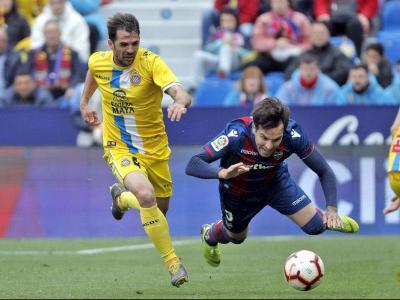 Víctor Sánchez lluita una pilota en el partit d'aquest matí entre el Llevant i l'Espanyol.
