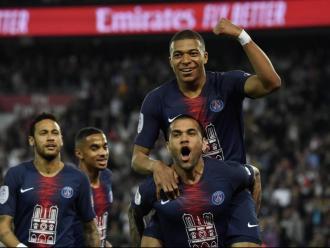 Mbappé, elevat per Alves al cel de París davant la mirada de Neymar