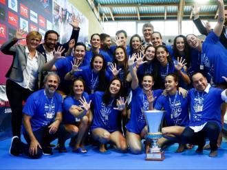 Les jugadores del CN Sabadell, amb Martí –al fons– celebrant el títol
