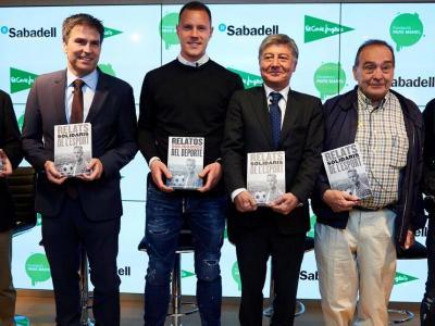 Ter Stegen, tercer per l'esquerra, en la presentació del llibre 'Relats solidaris de l'esport'