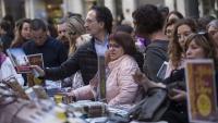 Un lector adquireix un exemplar de la novel·la de Rafel Nadal, ahir a la tarda a les parades de la Rambla de Girona, que es van animar amb la sortida del sol