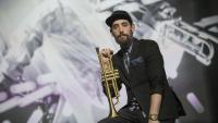 Raynald Colom (Vincennes, França, 1978) i la seva trompeta, ara fa uns dies als estudis d'El Punt Avui Televisió