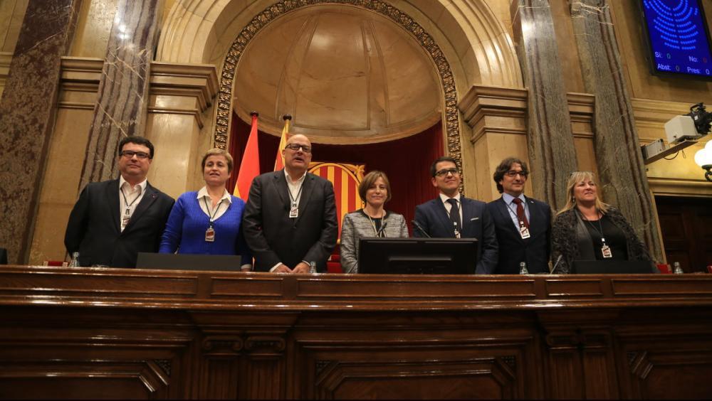 Una imatge de l'octubre del 2015 quan es constituir la mesa del Parlament amb Joan Josep Nuet, Anna Simó, Lluís Coromines, Carme Forcadell, José Maria Espejo Saavedra, David Perez i Ramona Barrufet