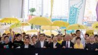 Activistes a les portes del tribunal que jutja els organitzadors de la Revolució dels Paraigües