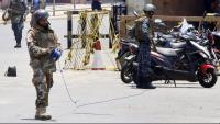 Membres de les forces de seguretat disposant-se a desactivar el que semblava una bomba, ahir a Colombo