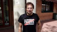 L'exregidor de la CUP de Sabadell Albert Boada amb la samarreta que ha estat motiu de l'expulsió