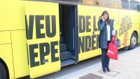 La candidata de JxCat Laura Borràs, davant l'autobús de campanya a Lleida